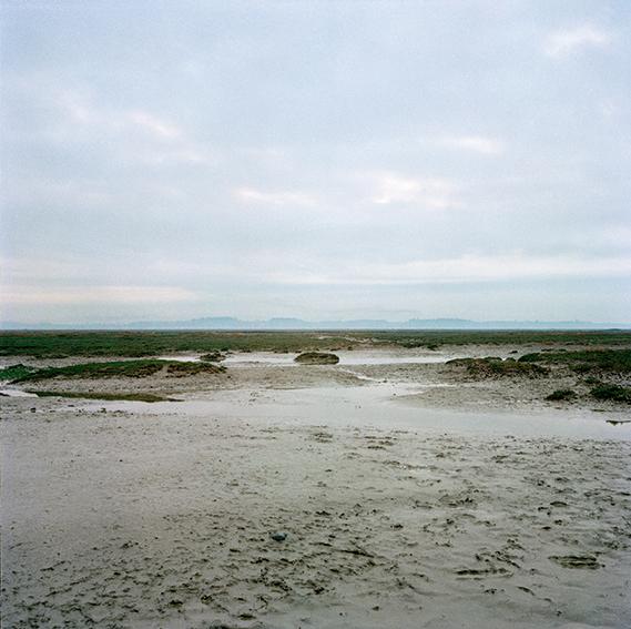 """marcher/créer, déambuler, vagabonder, paysage désertique, photographier la nature, le sol et le ciel, l'horizon, désert, """"Vagabondages, édition trans photographic press, Dominique Sampiero et Anthony Poiraudeau"""" la baie de Somme,"""