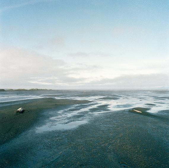 """marcher/créer, déambuler, vagabonder, paysage désertique, photographier la nature, le sol et le ciel, l'horizon, désert, """"Vagabondages, édition trans photographic press, Dominique Sampiero et Anthony Poiraudeau"""", Islande, mer et sable"""