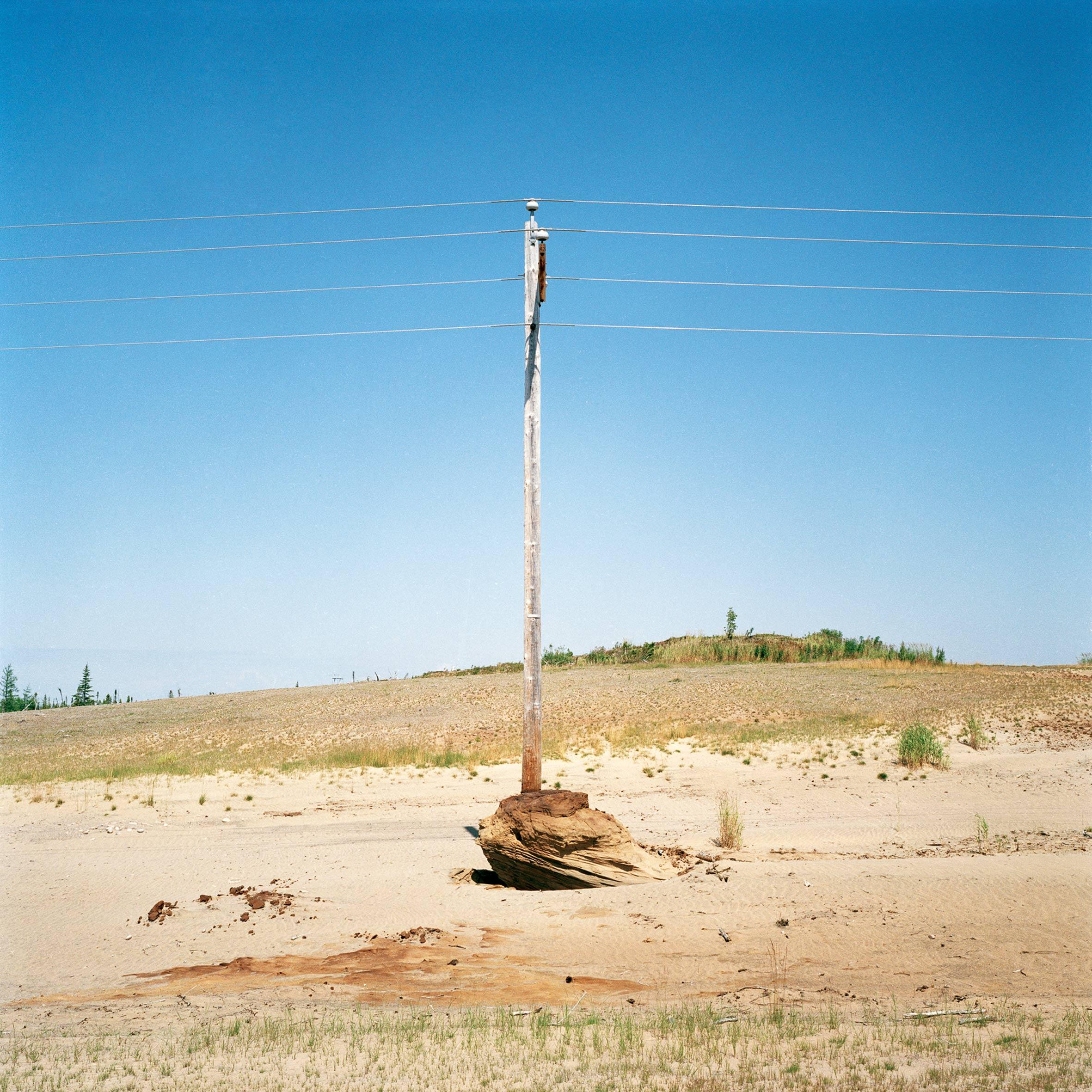 marcher créer, périple autobiographique, territoire du Labrador au Québec, marcher créer, périple autobiographique, territoire du Labrador au Québec, paysage, désert, paysage désertique, poteau électrique, ciel, paysage périurbain