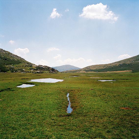 """marcher/créer, déambuler, vagabonder, paysage désertique, photographier la nature, le sol et le ciel, l'horizon, désert, """"Vagabondages, édition trans photographic press, Dominique Sampiero et Anthony Poiraudeau"""", la Corse, GR20, plateau du Niolu,"""