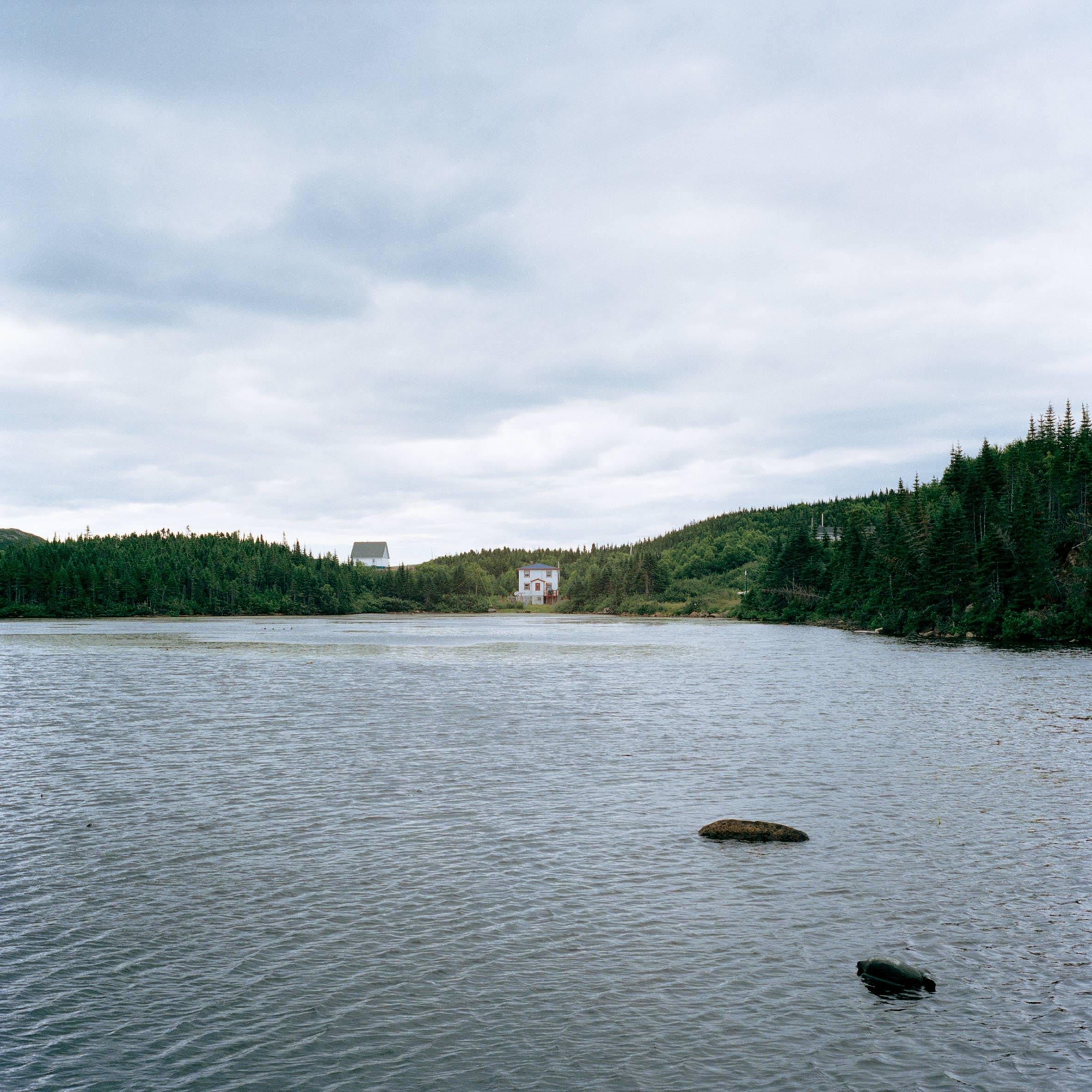 marcher créer, périple autobiographique, territoire du Labrador au Québec, paysage de campagne, paysage désertique, lac, pierre, maison