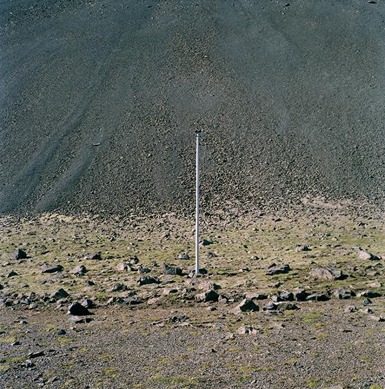 """marcher/créer, déambuler, vagabonder, paysage désertique, photographier la nature, le sol et le ciel, l'horizon, désert, """"Vagabondages, édition trans photographic press, Dominique Sampiero et Anthony Poiraudeau"""", poteau électrique, Islande,"""