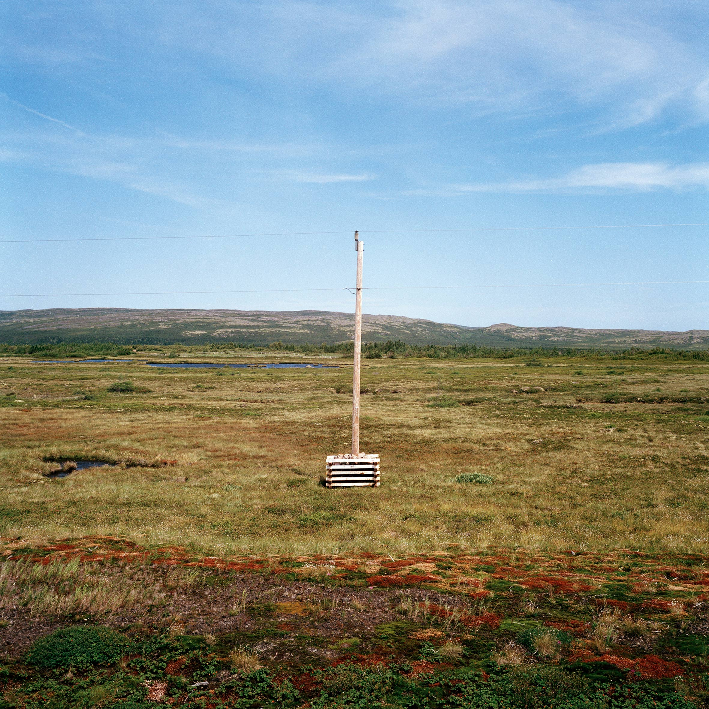 marcher créer, périple autobiographique, territoire du Labrador au Québec, paysage, paysage désertique, poteau électrique, ciel