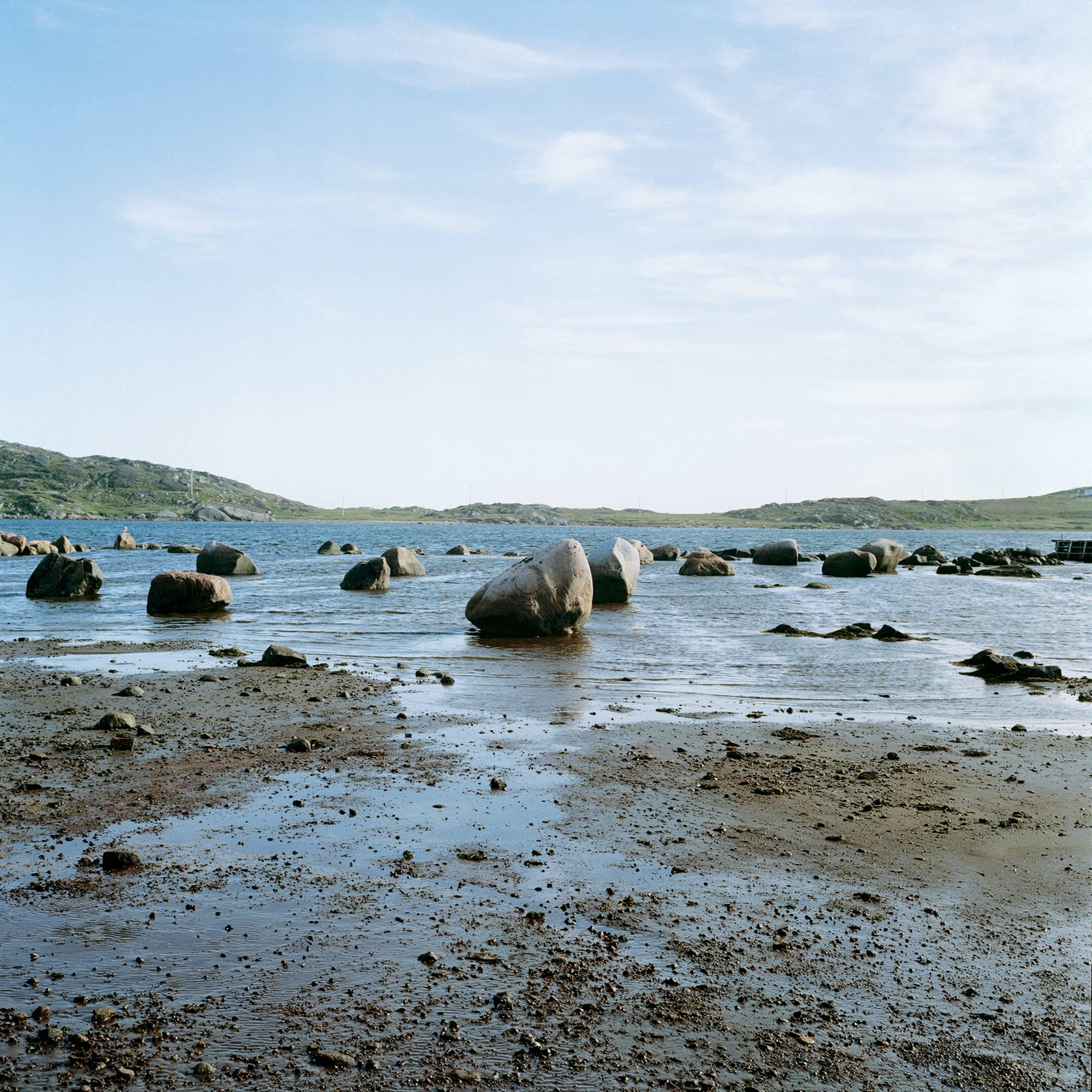 marcher créer, périple autobiographique, territoire du Labrador au Québec, paysage, paysage désertique, mer, fleuve, pierre, marée basse, cailloux, ciel