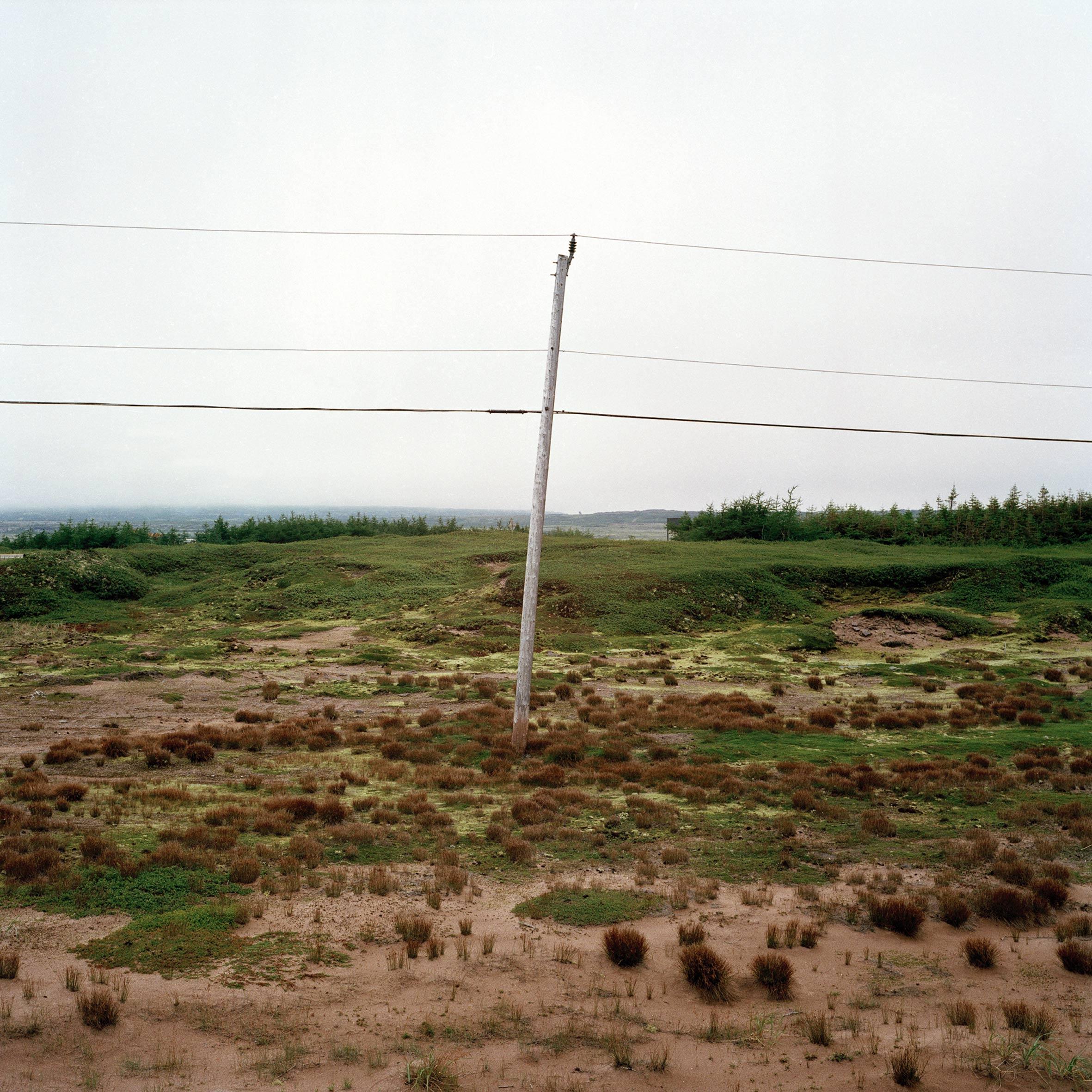 marcher créer, périple autobiographique, territoire du Labrador au Québec, paysage, désert, paysage désertique, poteau électrique, ciel